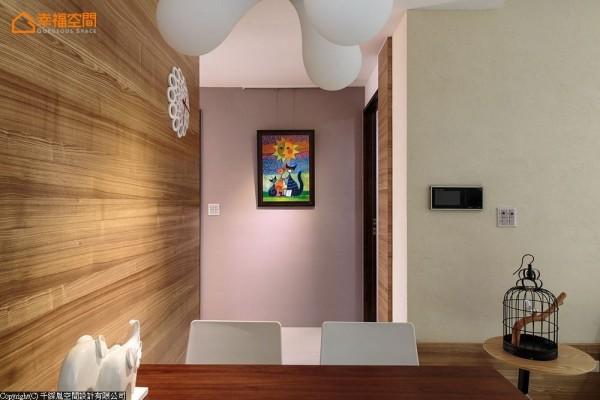 纳入餐厅规划的廊道墙面,成为餐厅设计的一部份,活泼多彩的画作悬在端景处,增添童趣氛围。