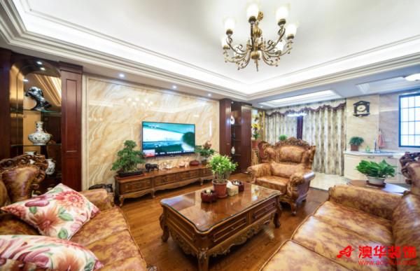 美式客厅色彩沉稳,布局开阔,大理石背景墙气势恢弘,与两侧罗马柱型的展示柜相呼应。略微点缀的绿植让高贵的空间氛围变得亲和力十足。