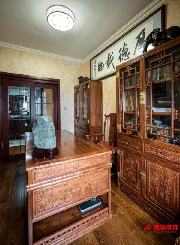 带有浓郁中国风的书房古朴幽雅,为主人在喧嚣都市中觅得清净一隅,能够停下脚步品味幽雅恬淡的生活。精雕细琢的艺术浮雕书桌书柜,彰显出中式传统工艺的魅力,独具风韵。