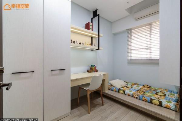 小坪数的男孩房里,透过一体成形的书桌与床架设计,让粉蓝色调的男孩房也能有完整机能。