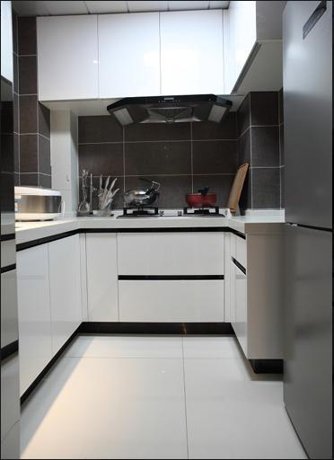 厨房采用了灰白两种色调搭配,使狭小的空间显得更加明亮,同时厨房是负责饮食的地方,必须给人带来干净舒适的感觉,运用这些较为简单的色调就能达到很好的效果,另外也增添了许多时尚元素。
