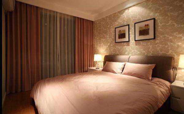 主卧采用了比较温馨的咖、粉为主色调,这也是设计前期女业主提出的要求。床头背景的现代花纹壁纸有股奢华的小格调。
