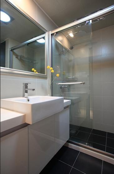 卫生间设装修成了经典的干湿分区,玻璃推拉门、方形洗漱台、方形的镜子,使洗手间看起来更加整洁、规律有序。