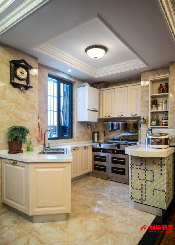 欧式风格的开放式厨房设计时尚潮流,整洁干净的纯白色橱柜具有强烈的现代化感,通透的格局让空间在视觉上显得更加宽阔。 同时,女主人在烹饪时还可以与客餐厅的家人无阻碍交谈,家庭氛围变得更加温馨亲密。