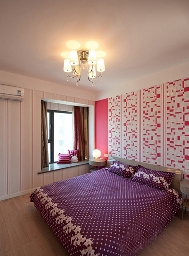整体的卧室,不算很大的空间,但是在墙上做了一些简单的改变就会有完全不一样的效果。主卧室里买的是这种皮艺床,简单又不失大方。