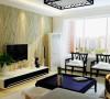 客厅的亮点在于电视背景墙,大面积的暖色墙漆和壁纸相结合,充分的展现了家庭温馨的氛围。吊顶只是采用了简单的一条石膏板造型,来凸显出电视背景墙在整个空间中的亮点,而且直线的造型简约而不失简单。