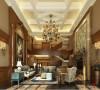 名雕丹迪别墅设计-纯水岸美式别墅-客厅:采用美式家私、仿古地板和仿古地砖,选用色彩典雅温和的皮布沙发,在配饰上加入古典元素,营造一种令人向往的舒适宁静之感。