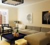 布艺沙发采用的咖啡色调,又使整个空间会比较沉稳。 简单的装饰、温暖的色调,打造一个安宁的港湾。