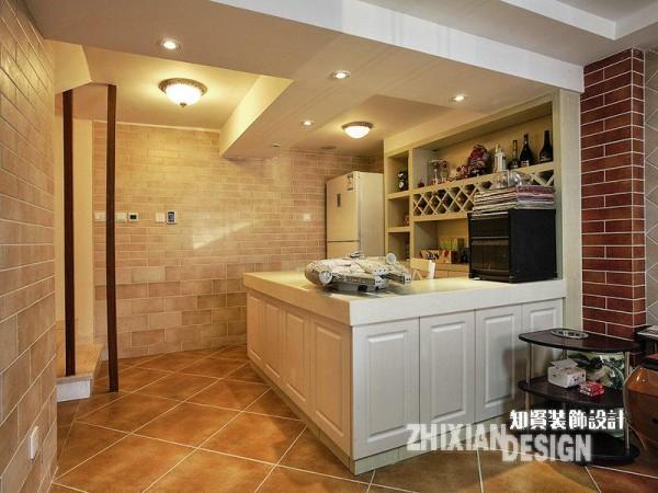 吧台设计全貌,情致悠然。安身于空间一角,充分利用地势,自成一体。
