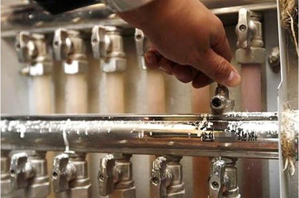 低温热水地面辐射供暖系统未经调试,严禁运行使用;初次供暖(运行调试)必须在混凝土填充层的养护周期结束,填充层完全自然干燥后进行;低温热水地面辐射供暖系统的调试工作应由施工单位在建设单位配合下进行。