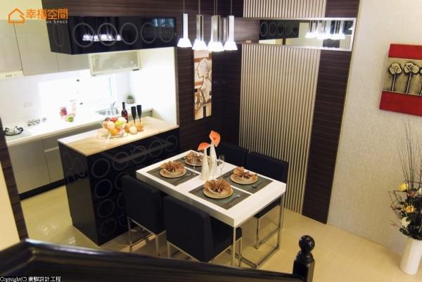 延续胡桃木的深色元素,圆圈点缀的黑色烤漆玻璃,为厨房添加冰箱、吧台、吊柜等多项机能。