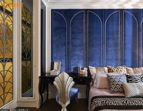 迎合着长辈心喜圆满的图腾意象,Art-Deco放射几何于衣柜门片换以扇形元素,弧线圆润对应上床头铆钉与皇室蓝绷布,贵气描绘私领域主题。