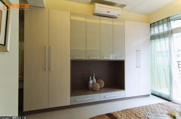 巧妙利用系统柜上方的空隙,规划冷气、电视的线路位置,既方便维修也兼顾美观。