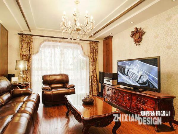 客厅设计是为整套居室的起点,设计基调也更为明显。作为空间主体的客厅家具,一方为柔软的现代皮质沙发,一方为糅杂东南亚风情的欧式家具,色调一致的情况下两相结合,雅意丛生