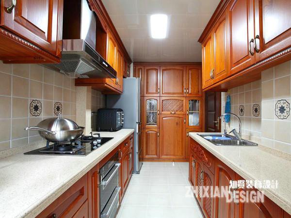 厨房设计,在保障功能之外力求简洁。一体式的实木橱柜组合,完美贴合空间,线条流畅且充分利用墙面空间。视线尽头完全占用一面墙壁的橱柜,颇有些许中式厨房的特点,让小编想到了儿时记忆里的橱柜,熟悉感顿生