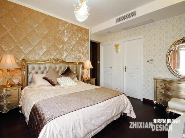 金棕色丝绒面料设计的背景墙,晕染出空间柔和雅致的氛围,配合造型典雅的卧房家具,与清浅的大马士壁纸,主卧设计明润雅致。主卧的内门设计独特,两扇双开的造型很是新颖别致