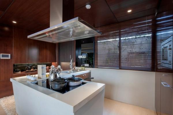 厨房可采用石材与镜子的设计为其增加变化。奢华既非繁杂的雕饰,更非金碧辉煌的装饰,只要充分地运用材质的特点。