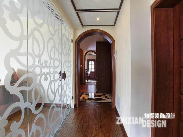 """以入户位置为分界,剩余的几个空间集中叠加在另一侧。从这个角度可以轻易的判定本案基本的户型结构。为规避过于狭小的廊道视感,书房采取了透明的玻璃做了""""半封闭""""设计,与之相对的空间为主卧。"""