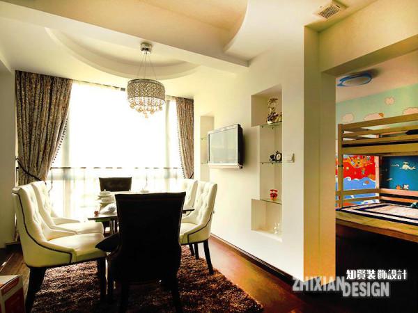 厅与厨房相邻,精美的吊顶、清雅的家具,设计出了简欧的雅致。设计同样在墙面大作文章,于与儿童房相邻的墙体上淘出了空间,作为储物和装饰之用,对称设计之下,虽是简单,作为餐厅的背景墙却也不逊色。