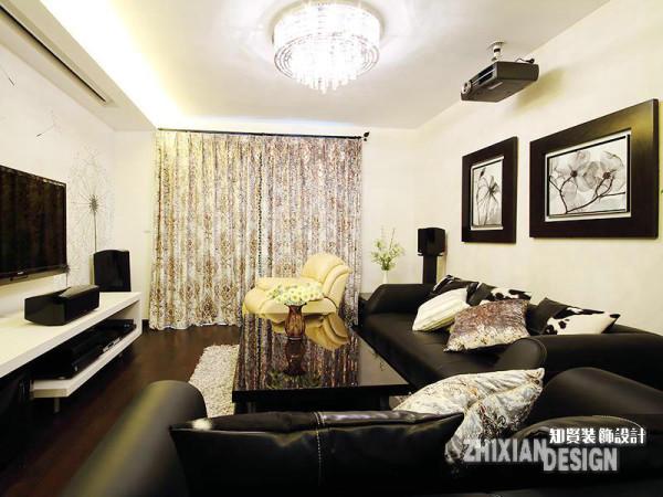 客厅设计,整体呈现的是都市的时尚之感,黑白相间的配色又在此之上叠加了些许后现代的风韵,更添质感。一抹暖黄,鲜活了空间气质,将春天的气息带至室内,平添春意。