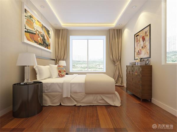 主卧室位于房间的西侧,带有飘窗,可供业主休憩,两面墙均有窗户,因此采光十分充足。次卧同样有两面窗户,墙体布局均十分规整。主卫生间位于两个卧室之间,带有小窗,方便业主日常使用。