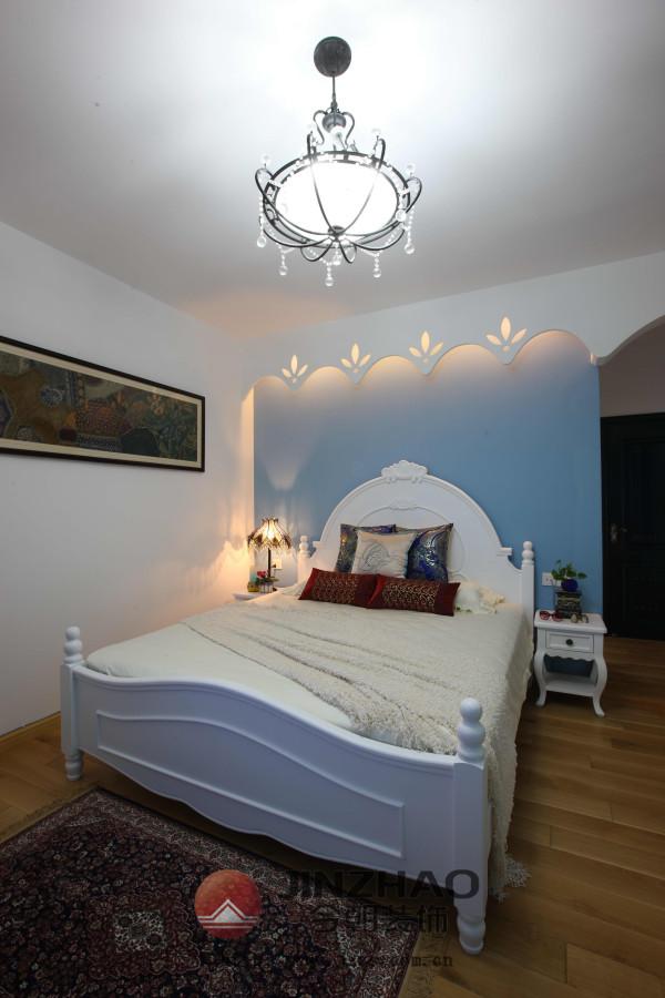 简约而不简单的卧室设计,仿佛置身于海天相间,温暖而不失浪漫