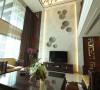 公园大地新中式别墅客厅电视墙:电视背景墙用简洁现代的造型,配以简化了的回型纹样,中间用组合贝壳装饰碟来点缀。