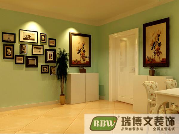 玄关没有做过的的装饰,只是简单的装饰和一个照片墙的设计,家里的照片有了家