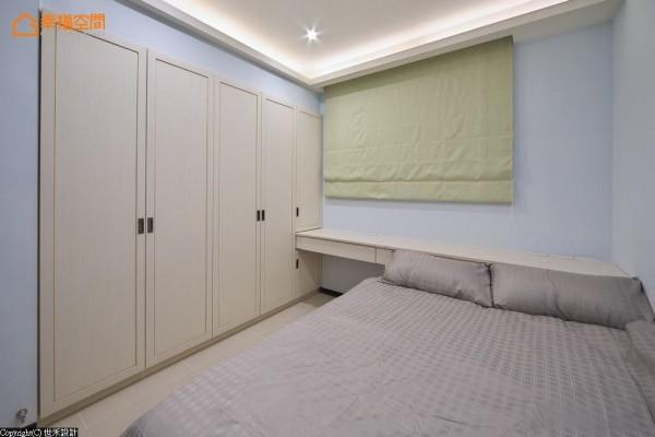 选以白栓木为基底的小女儿房,世禾设计于门片上施以沟缝、局部性做出层次点缀。