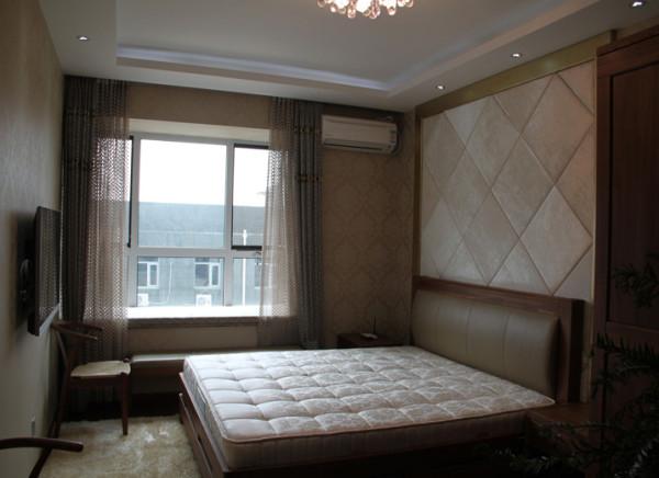 主卧直线顶面间接光源的吊顶与整体墙面素色暗花壁纸的铺贴结合床头软包的处理,让整个睡眠空间温馨,柔和.