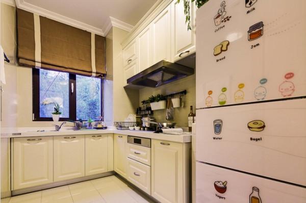 餐厅设计较简单,以米色为主,在冰箱上贴了很多可爱的图案。