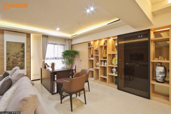 关于屋主的中国风珍藏,设计师以展列性柜体为立面架构,透过光影安排提升赏玩价值。