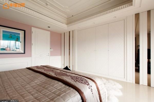 床尾柜面设计上,选用菱格纹勾勒细腻度,并在两侧以茶镜线条来表现,演绎宅邸的奢华气派。