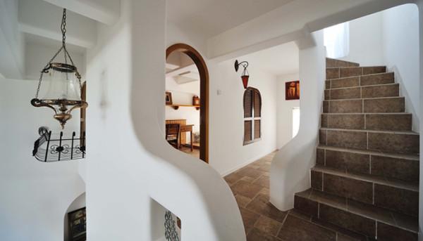 浪形的扶梯,乳白色的墙壁,纵横交错而又不产生视线障碍的图案,增加了空间的韵动感,配合着弯曲如柳的起承转合的空间转换线条,使人一下子就沉浸在空间的舒放自然的感觉中。