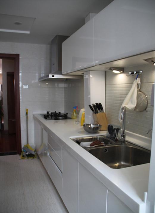 不同材质的白色,石材,橱柜,吊顶,所有的这些为的就是一个干净不躁热的厨房。