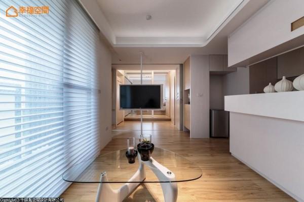 延伸后放的视觉,亦可穿透清玻门片远望主卧房,藉视线拉大空间敞度。