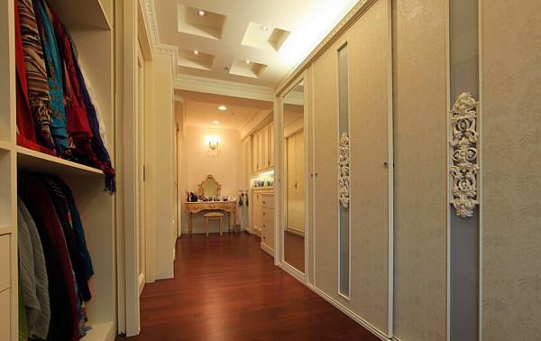 透过装饰在门片上的古典浮雕线板,使风格也能贯连到更衣室内。