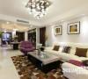 横跨整个空间,从居室的另一头观摩,截然不同的风景入眼。客厅作为重要的设计空间,代表着整个居所设计的水平。野性十足但细腻耐久的皮革,浅米色调但材质硬朗的亮光地面,大块的暖黄和一抹提神的紫色...