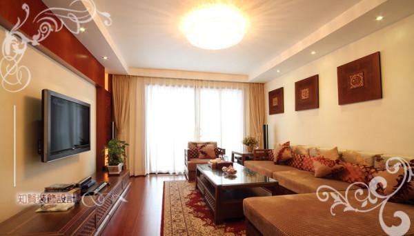 客厅复古沙发与古木装潢,配合客厅顶部,呈现对称设计,将传统家装与中国建筑美学设计融合,对称和谐,大气与庄重溢于言表,简洁婉约,将现代中式之风赫然呈现;