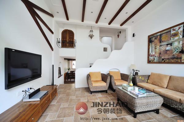 客厅里,反差被恰当地安排,以木材质作为电视墙上的横梁似的造型和客厅屋顶的横木相映成趣。空间和空间过渡的趣味性也值得称道。在保证视野通透的同时,增强了轮廓感。