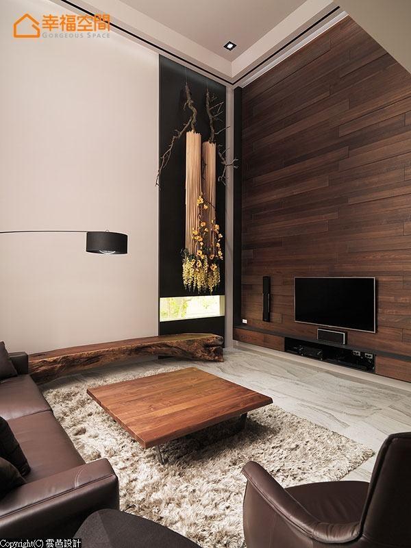 实木木皮错层拼贴造型电视墙,细致的纹理变化铺叙不凡磅礡器度。