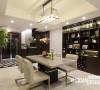 餐厅占据中段,联系厨房与客厅,既不同于客厅的精致,也不同于餐厅的精简,而是在两者之间取得了某种巧妙的平衡——既有现代的鲜明感,又有现代所不及的质感。此外,占据一面墙的柜子,极大的丰富了餐厅的视感。
