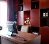 书房设计,体现着这个家主人的审美品位和文化底蕴。 高档的定制书柜尺寸适宜,充分利用空间,细腻的材质体现出尊贵的身份地位。