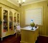 书房整洁明亮,欧式线条保留了高贵感,素雅的色调维持了书房宁静的书卷味