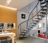 餐厅就设计在楼梯和厨房之间。红色的橱柜若隐若现,而餐厅采用橘黄色的墙面,以区分餐厅和其他空间。中间一线嵌入式的镜面展示柜,可以放置一些小收藏,整个餐厅看起来非常的亮丽。