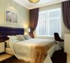 主卧室的色调分为白色、淡黄色、暖色。深色的地毯和米黄色地板,跟布艺相呼应。使卧室感觉平和、舒适。