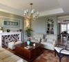 一楼的客厅没有安装电视机,而是用壁炉代替,浓浓的美式风情。
