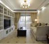 简约的白色家具永远给人以一种干净与雅致之感,特别是电视柜后的整个墙面以简约白色的壁橱效果呈现,更是给人一种干净之感。配上一些暖色系的家居,在柔和的灯光下给人一种简洁干净之中的温馨之感。