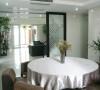 餐厅白色的基调赋予了居所轻盈活泼的动感,清醒简约的木色家具带着自然地气息,而开放式的空间构造,使空间更显宽阔且飘逸。