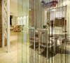 从这个角度看去的客厅,空间大量采用了玻璃门窗和隔断让空间更加的明亮通透,简洁之中又增加了许多的时尚之感。白色加上碎花布艺沙发的搭配,素雅自然。